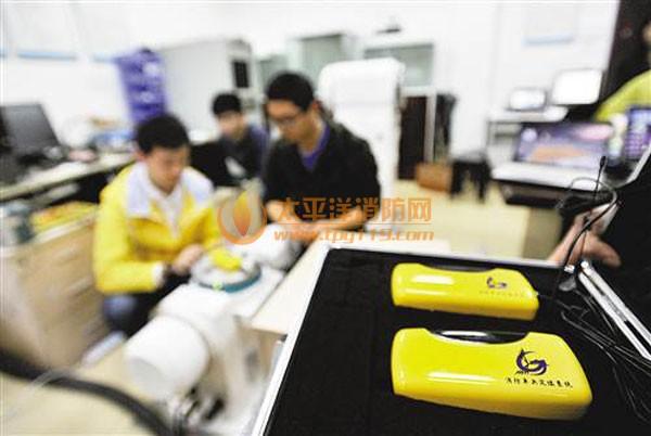 2016年4月18日,重庆邮电大学光电学院实验室,研发人员正在对消防单兵定位系统的传感器进行校准。