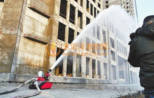 消防机器人冲破火线救人 产业正在崛起